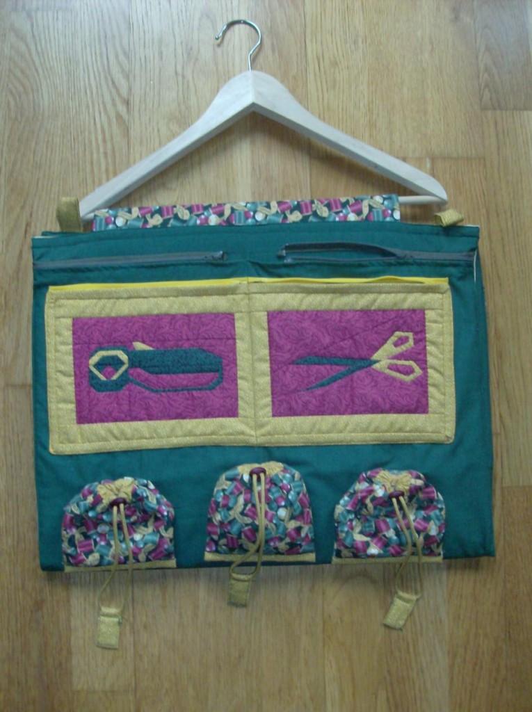 Dichtgevouwen quilttas aan hanger